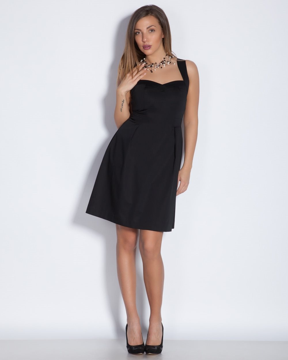 4c696aee1aa Елегантна черна рокля с дълбоко изрязано деколте за лято 2016. Летни рокли  2016 по последни ...